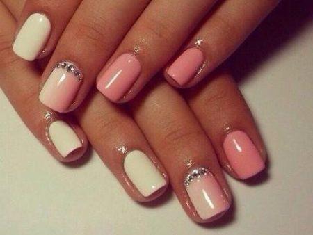 belo-rozovyj-manikyur-s-perelivom-tsveta