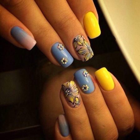 Существует большое количество вариантов весенне-летнего маникюра, который выполнен в сине-желтой цветовой палитре.