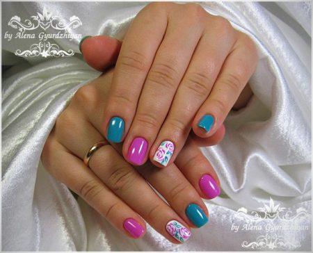 Что нужно для создания идеального летнего образа? Легкий загар, «летящий» сарафан, изящные босоножки и освежающее сочетание нежно-бирюзового и лилового цветов в двухцветном маникюре.