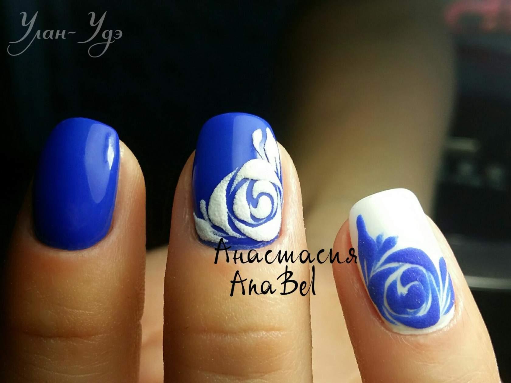 Синий с белым маникюр на очень коротких ногтях