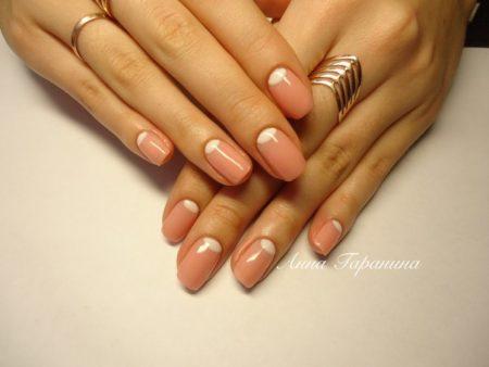 При наличии дефектов поверхности, при разной форме лунок, неровном цвете ногтей такой дизайн будет идеальным, поскольку замаскирует все недостатки. Походит к любому стилю и сезону.