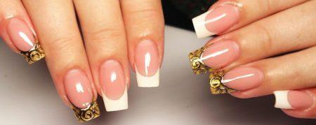 Белый френч на квадратных ногтях с черно- золотым узором