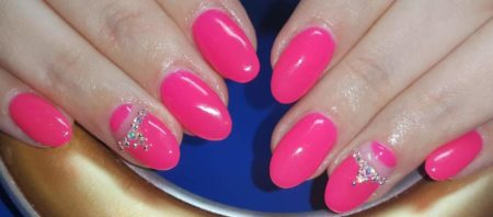 Розовый маникюр на короткие ногти со стразами