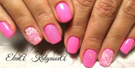 Розовый маникюр на короткие ногти с лепкой