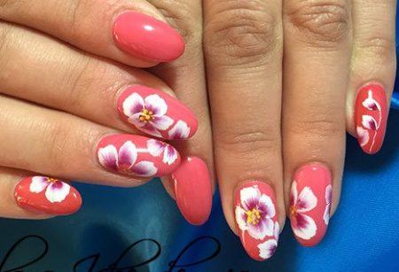 Модный розовый маникюр с цветами