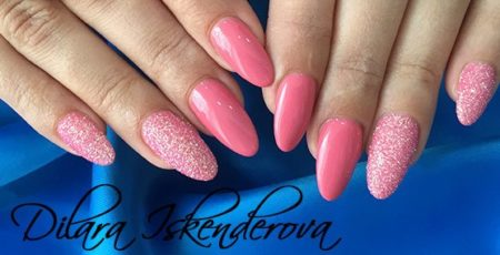Розовый маникюр на овальные ногти с дизайном