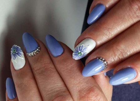 Модный синий маникюр на овальную форму ногтя с дизайном