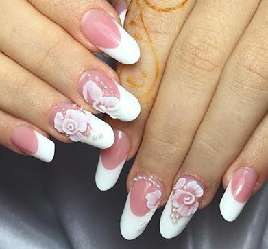 Модный маникюр белый френч с белыми цветами