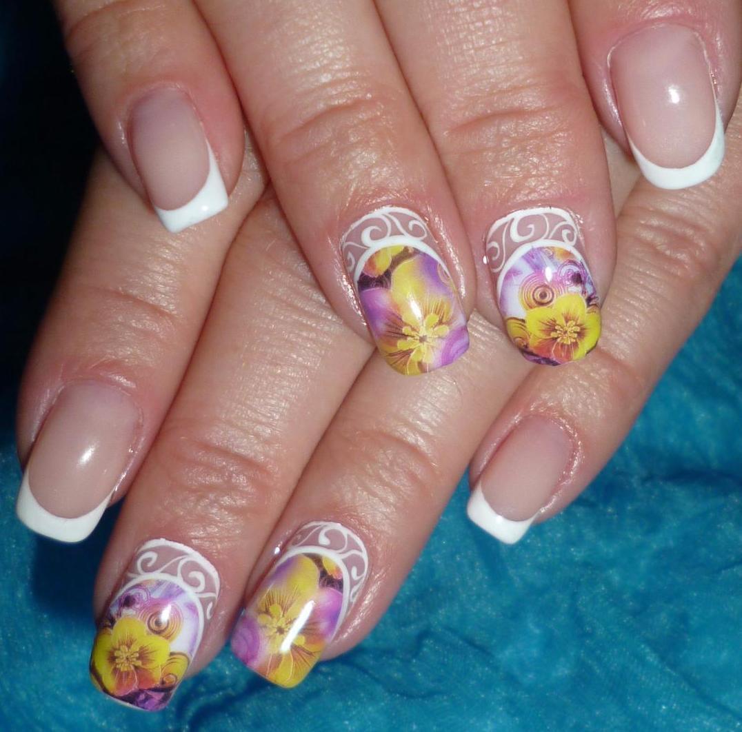 Красивый яркий френч на ногтях фото