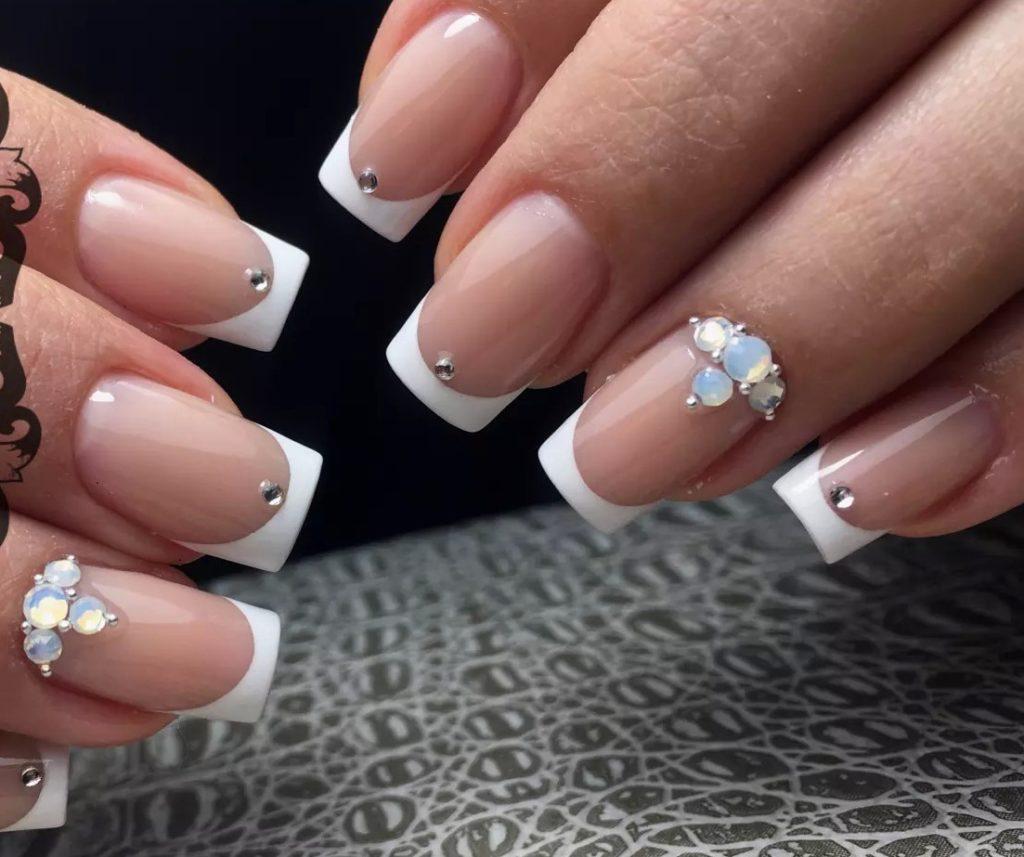 Красивый белый френч на ногтях квадратные