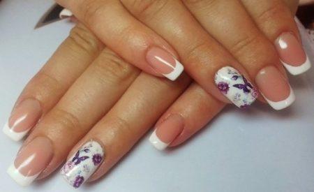 Белый френч на короткие квадратные ногти с бабочками.