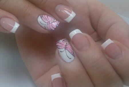 Френч белый на короткие ногти с бабочкой