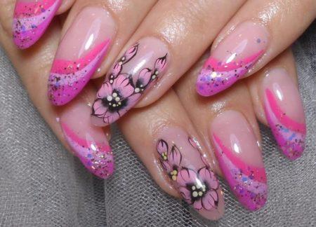 Модный розовый маникюр с дизайном