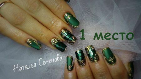 Зеленый стильный маникюр с золотом