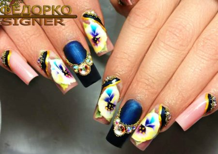 Дизайн ногтей с цветами – фото эффектного маникюра