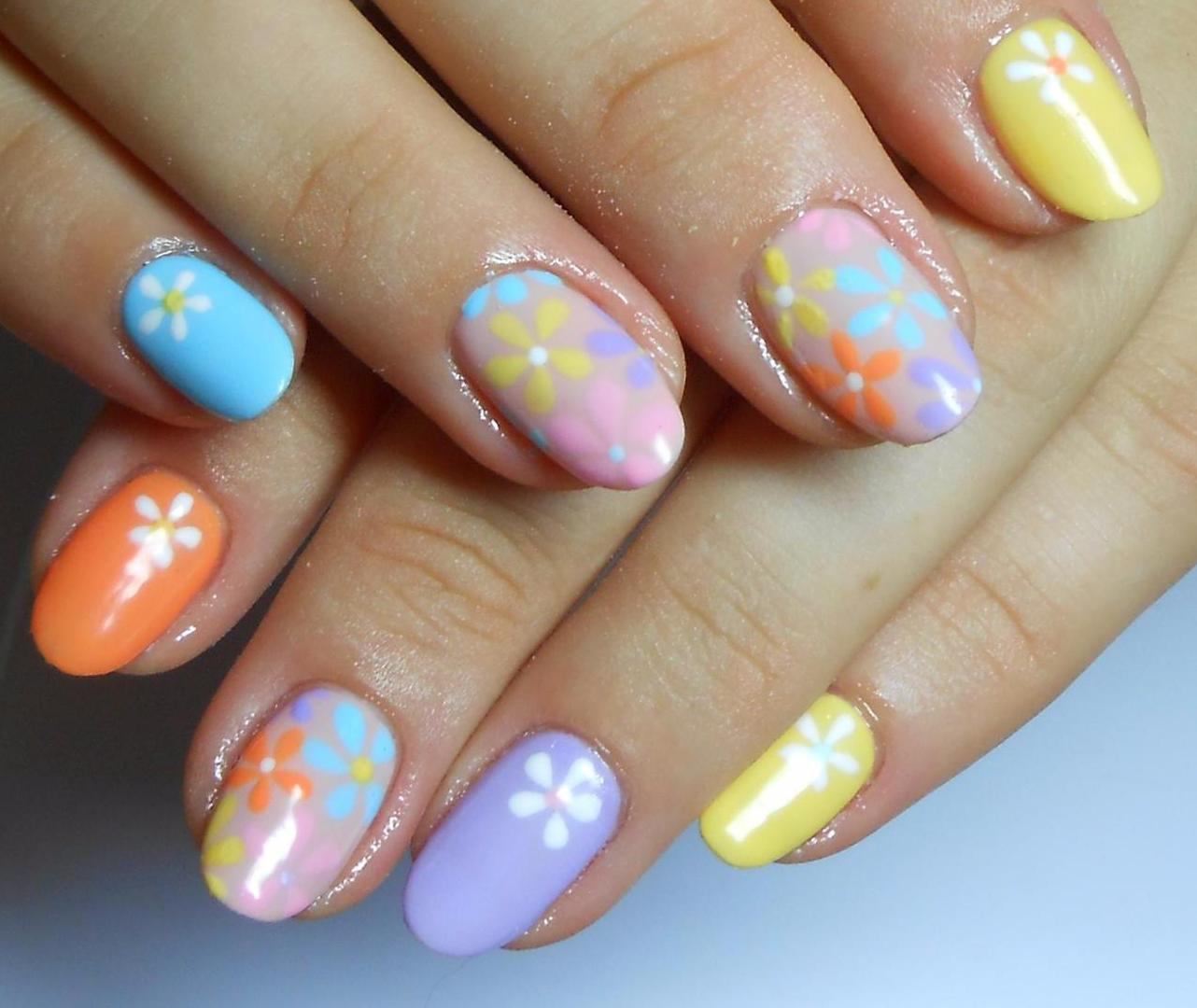Разноцветный маникюр на короткие ногти фото