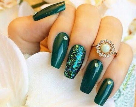 Зеленый маникюр на длинные ногти с дизайном