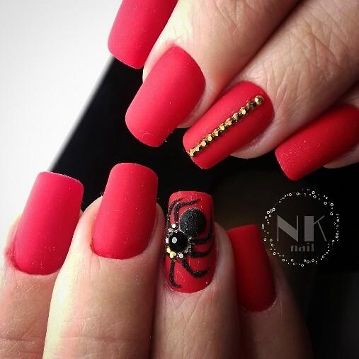 Матовый красный с черным маникюр