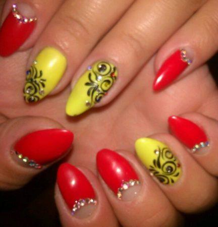 Красно-желтый лунный маникюр с дизайном