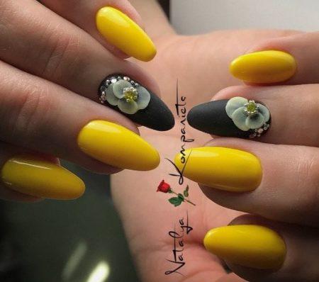 Модный дизайн маникюра в желтом и черном цветах