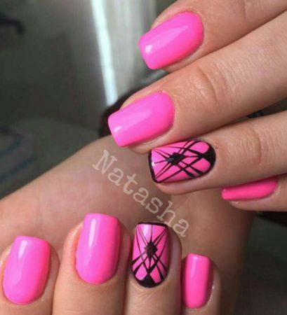 Модный розовый маникюр с дизайном.