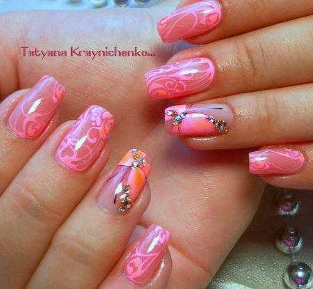 Красивый модный розовый маникюр с бабочками