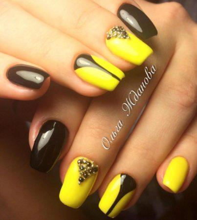 Стильный глянцевый черно - желтый маникюр на квадратные ногти