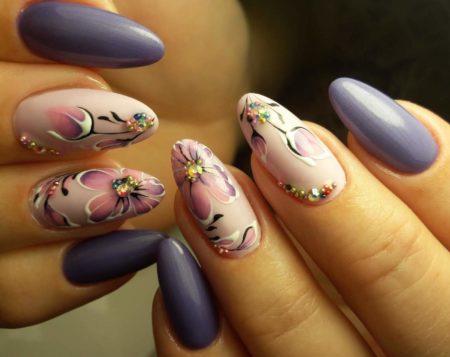 Идея модного маникюра со стразами и цветами