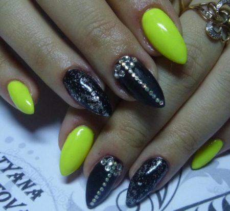 Яркий двухцветный маникюр черного и желтого цветов с дизайном