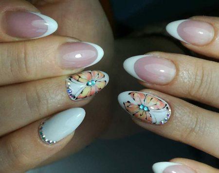 Белый френч на короткие ногти с бабочкой и стразами