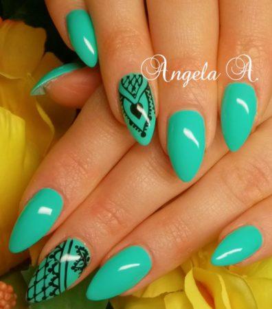 Оригинальная форма ногтей бирюзового цвета маникюр с дизайном