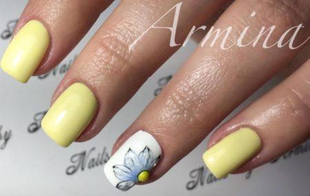 Матовый желтый маникюр на короткие ногти с цветком