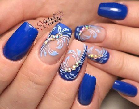 Синий роскошный маникюр с рисунком и стразами