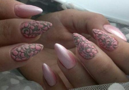 Нежно розовый перламутровый маникюр с дизайном ажура
