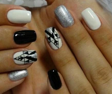 Интересная идея дизайна маникюра серого, черного и белого цветов