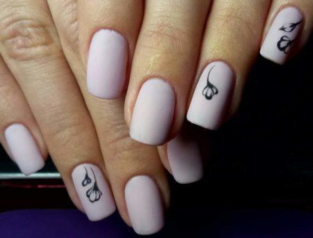 Маникюр на квадратные короткие ногти с легким неброским дизайном