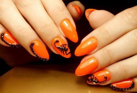 Игривый оранжевый маникюр на миндалевидной форме ногтя с необычным дизайном
