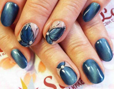 Выразительно синий маникюр на короткие ногти с дизайном бабочки
