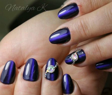 Темно-синий маникюр с дизайном на короткие ногти