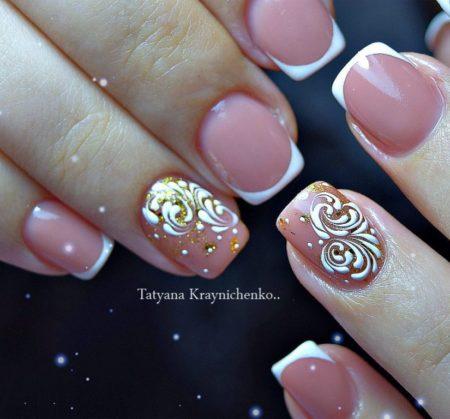 Маникюр на короткие ногти идея модного дизайна со стразами.