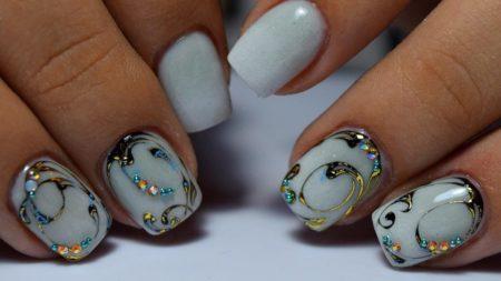 Красивые ногти — фото — маникюр на короткие ногти идея модного дизайна со стразами.