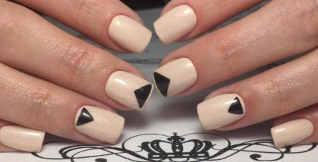 Бежевый модный маникюр на короткие ногти с геометрическим дизайном
