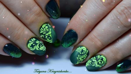 Вечерний маникюр с узорами зеленого цвета на короткие ногти