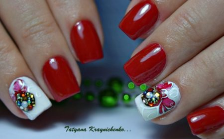 Яркий красно-белый маникюр на короткие ногти
