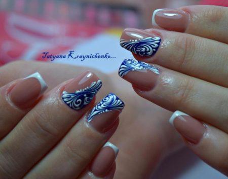 Белый френч с синим дизайном на короткие квадратные ногти