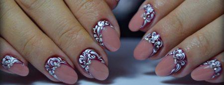 Модный бежевый маникюр на короткие ногти с дизайном