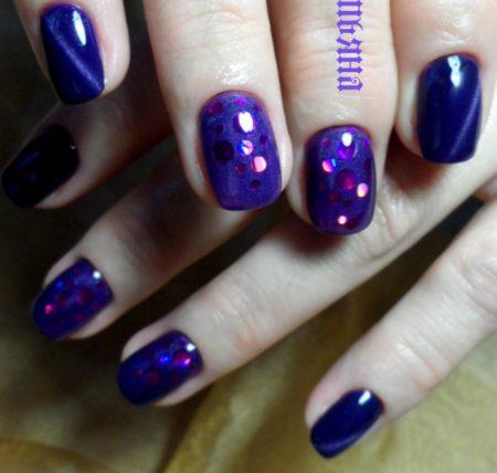 Синий маникюр на короткие ногти с дизайном