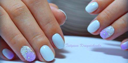 Белый модный маникюр на короткие ногти с дизайном бархатного песка.