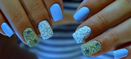 Объемный голубой маникюр на короткие ногти с дизайном.