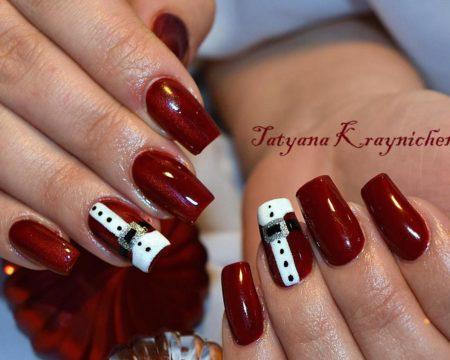 Красный эффектный маникюр на квадратные ногти с дизайном.